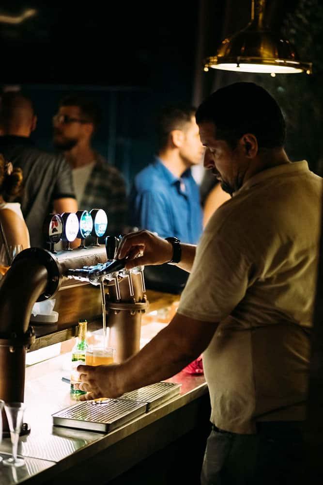 Tocenje piva u cafe restoranu Black George