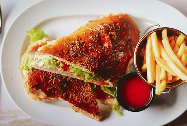 Black George sendvic na tanjiru - restoranska hrana